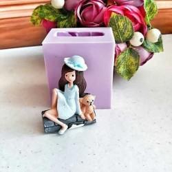 AD0891-Duvar Üzerinde Oturan Ayıcıklı Şapkalı Kız